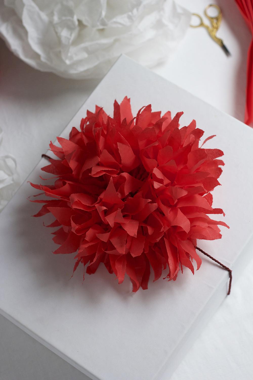 Geschenke verpacken: Seidenpapierblume | we love handmade
