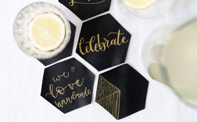 Lettering-DIY: Leder-Untersetzer | we love handmade