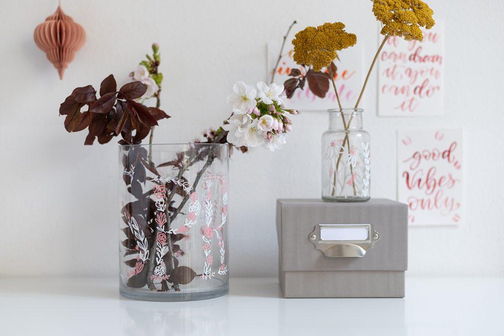 Frühlingsdeko-Idee: Vasen bemalen | we love handmade