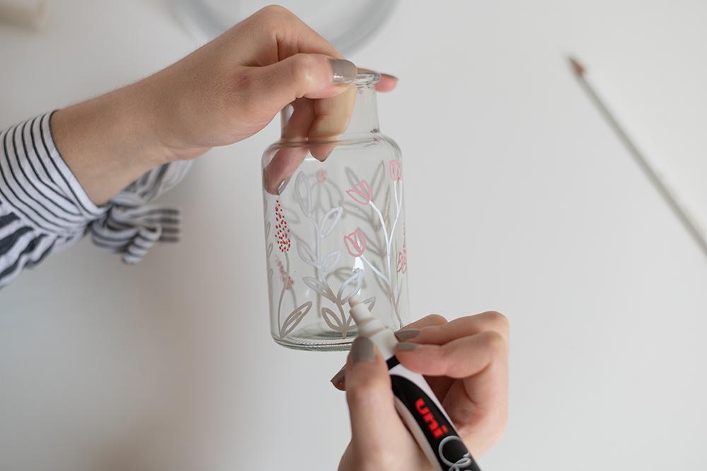 Glasvasen mit Blumenmuster bemalen | we love handmade