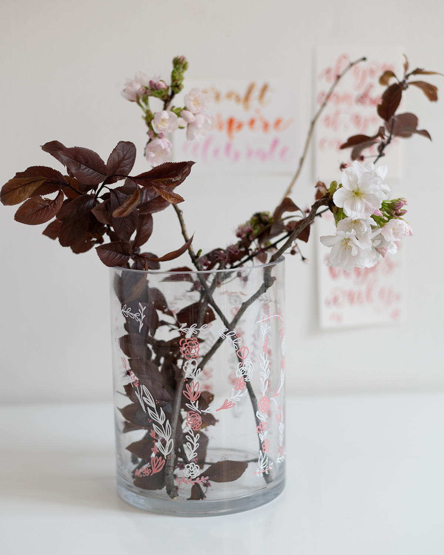Vasen bemalen: Handlettering | we love handmade