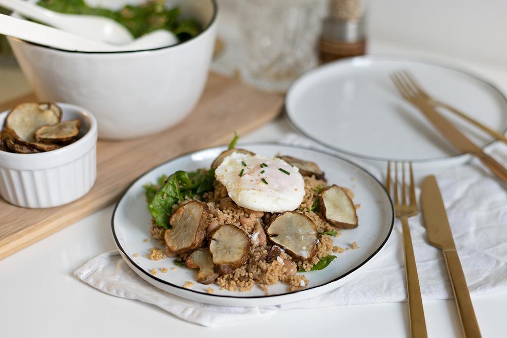 Couscous-Spinat-Salat mit Topinambur und pochiertem Ei | we love handmade