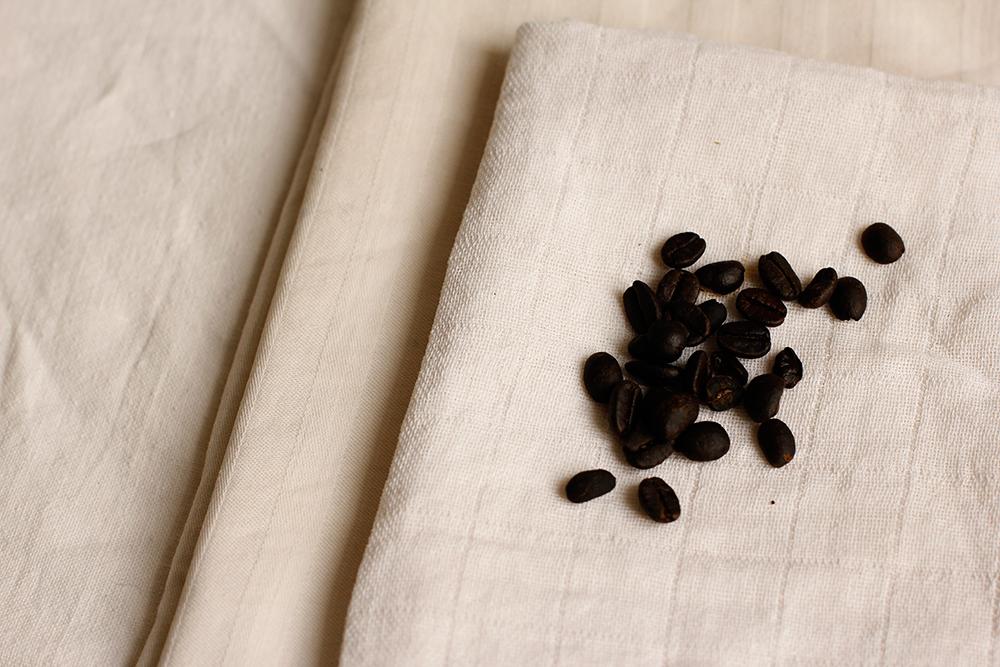 DIY: Stoff färben mit Kaffeebohnen | we love handmade