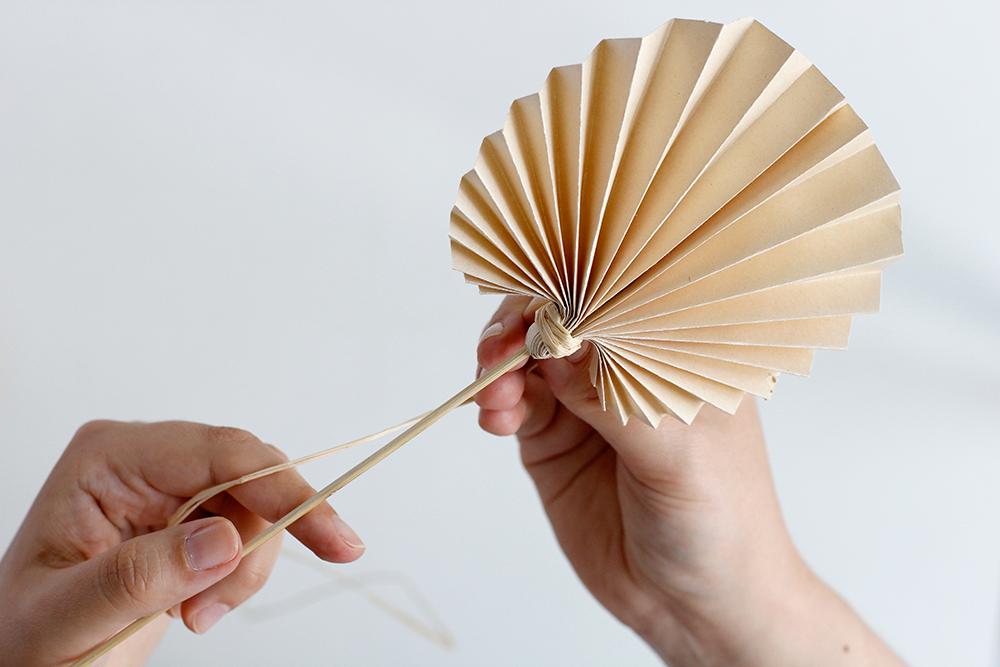 DIY: Palmwedel als Cocktailstab | we love handmade