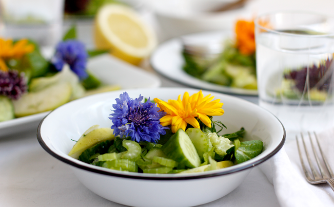 Rezept: Grüner Sommersalat mit essbaren Blüten | we love handmade