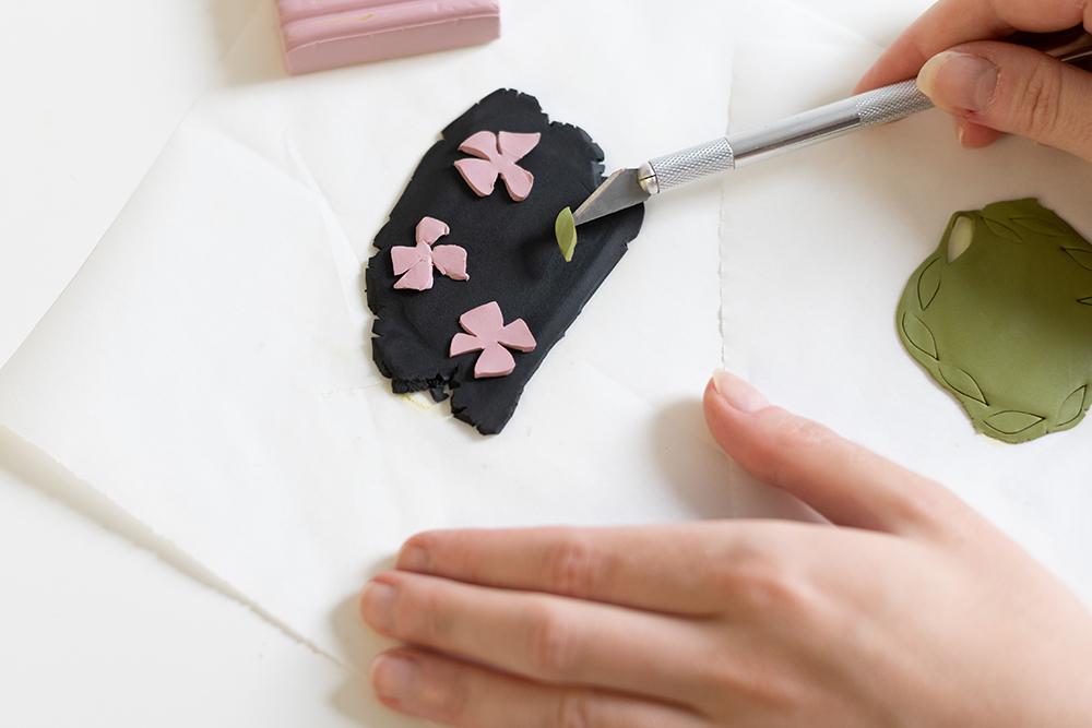 Blumenmuster-Brosche aus Fimo | we love handmade