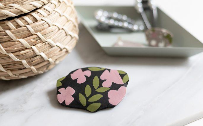 Blumenmuster-Brosche selber machen | we love handmade
