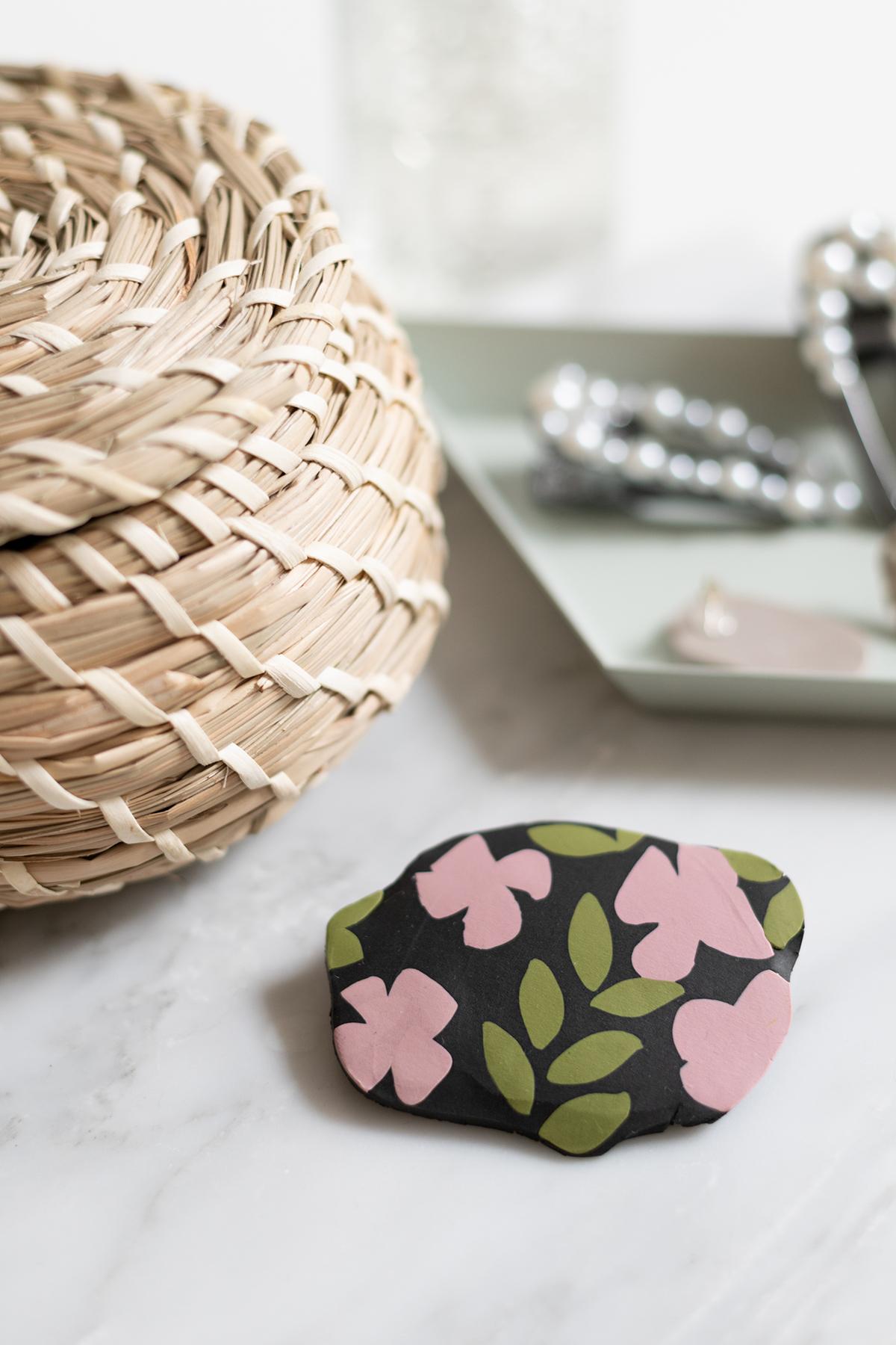 DIY: Brosche aus Fimo mit Blumenmuster | we love handmade