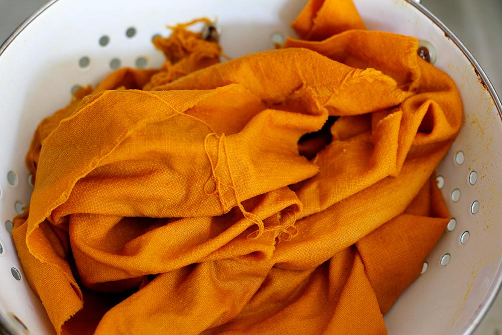 DIY: Pinselaufbewahrung nähen und Stoff mit Kurkuma färben   we love handmade