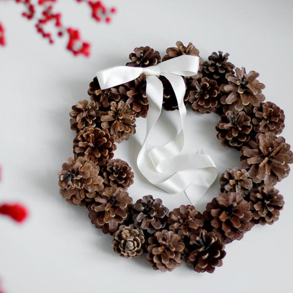DIY: Kranz aus Kiefernzapfen selbermachen | we love handmade