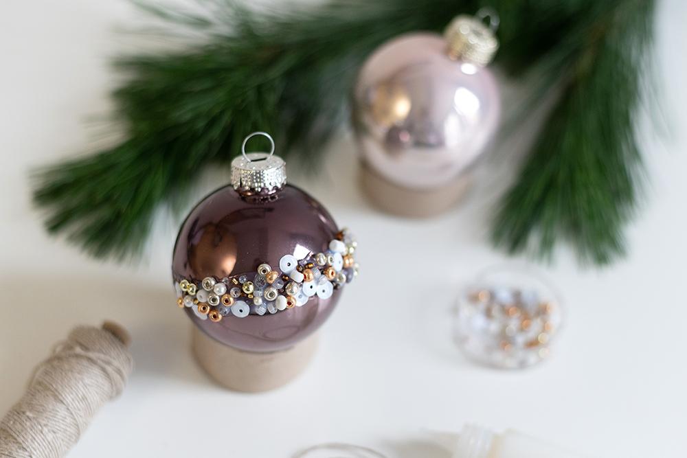Weihnachtsbaumkugeln mit Perlen: Upcycling-DIY | we love handmade