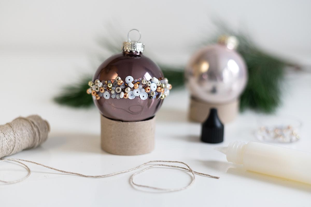 Weihnachtsbaumkugeln-Upcycling mit Perlen: DIY | we love handmade