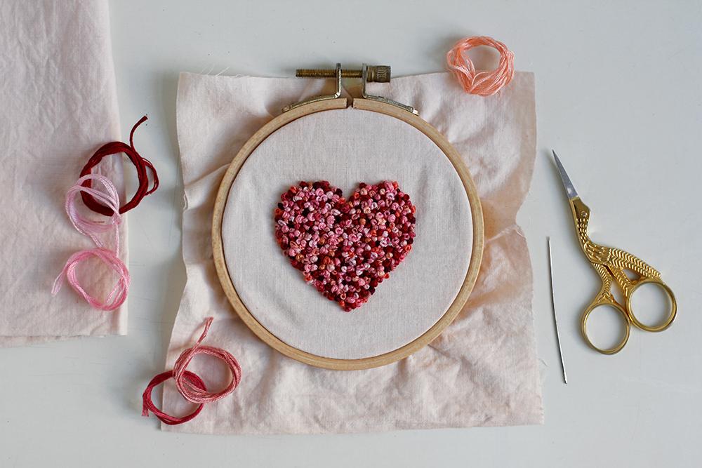 DIY-Anleitung: Herz-Stickbild mit Knötchenstich für den Valentinstag | we love handmade