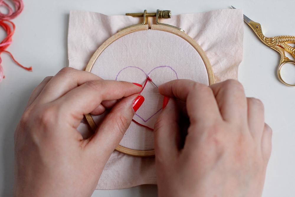 DIY: Herz-Stickbild mit Knötchenstich - Faden auf Sticknadeln wickeln | we love handmade