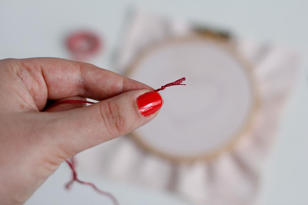 DIY: Herz-Stickbild mit Knötchenstich - Fixierung Faden | we love handmade