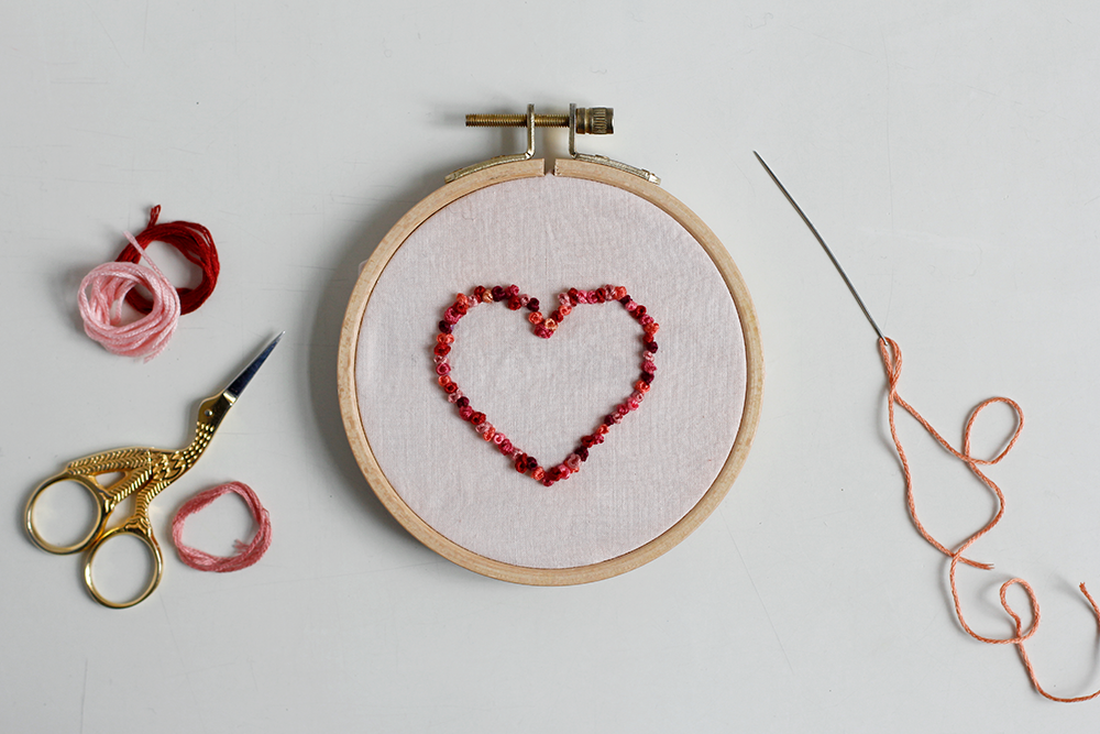 DIY: Herz-Stickbild mit Knötchenstich Rahmen | we love handmade