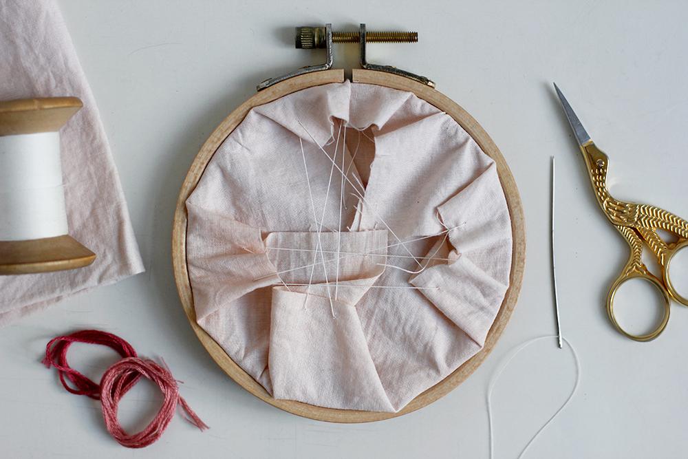 DIY: Herz-Stickbild mit Knötchenstich - Rückseite vernähen | we love handmade