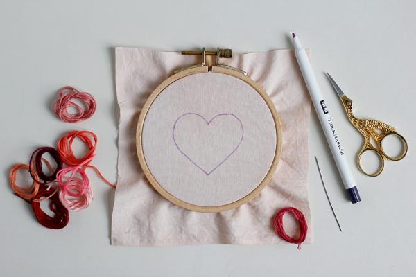 DIY: Herz-Stickbild mit Knötchenstich - Skizze auf Stoff | we love handmade
