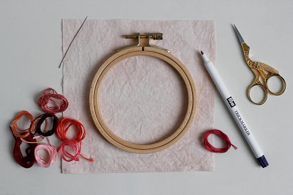 DIY: Herz-Stickbild mit Knötchenstich - Stoff mit Avocado rosa färben | we love handmade