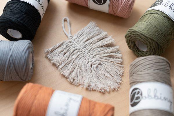 Makramee-Feder aus Bobbiny-Kordeln | we love handmade