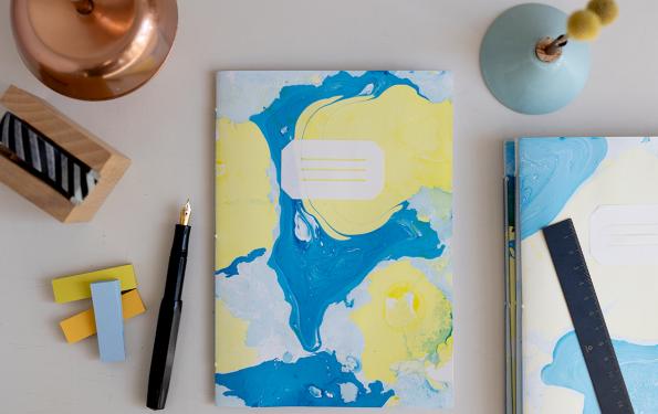 DIY: Papier marmorieren - Coverpapier für Notizhefte | we love handmade