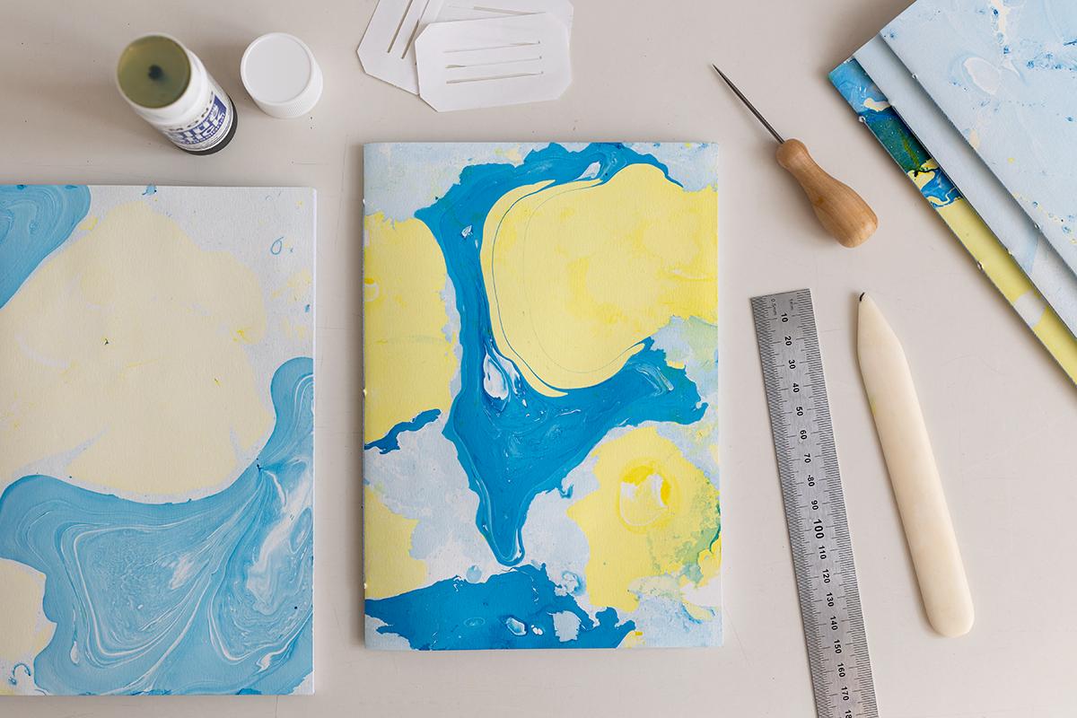 DIY: Papier marmorieren - Coverpapier für Buchbinden | we love handmade