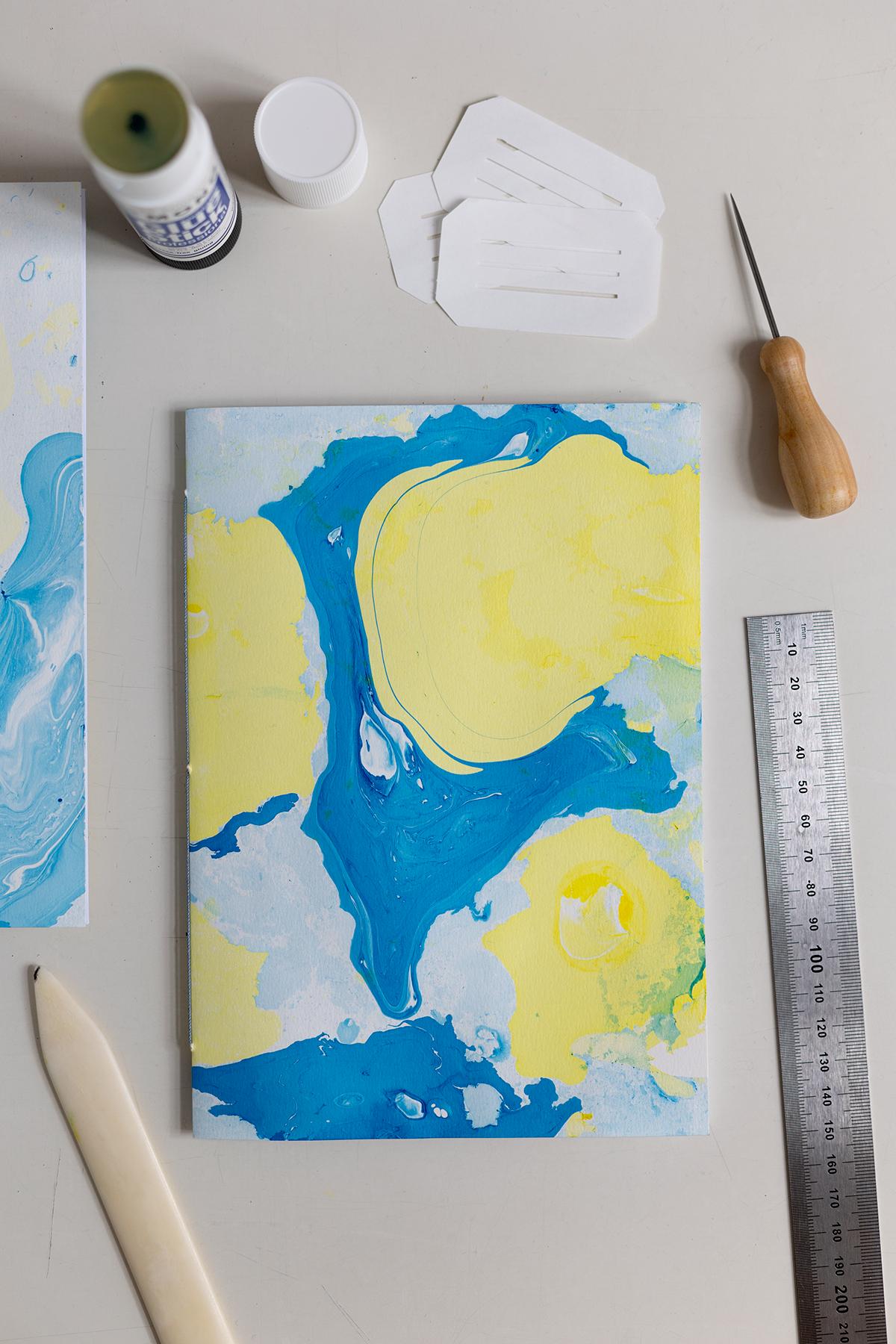 DIY: Papier marmorieren - Coverpapier für Notizhefte selber machen | we love handmade