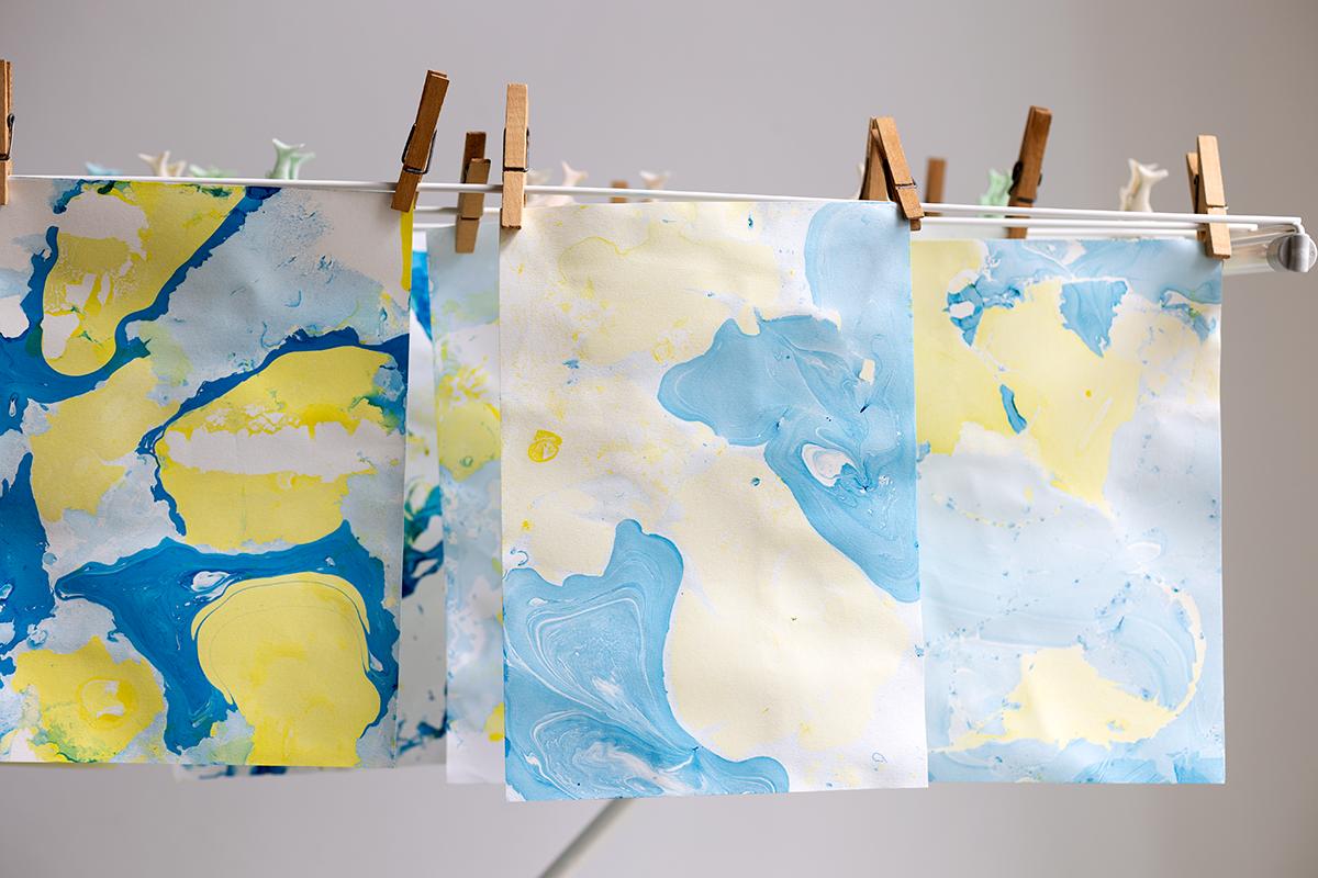 DIY: Papier marmorieren - Papier auf dem Wäscheständer trocknen lassen | we love handmade