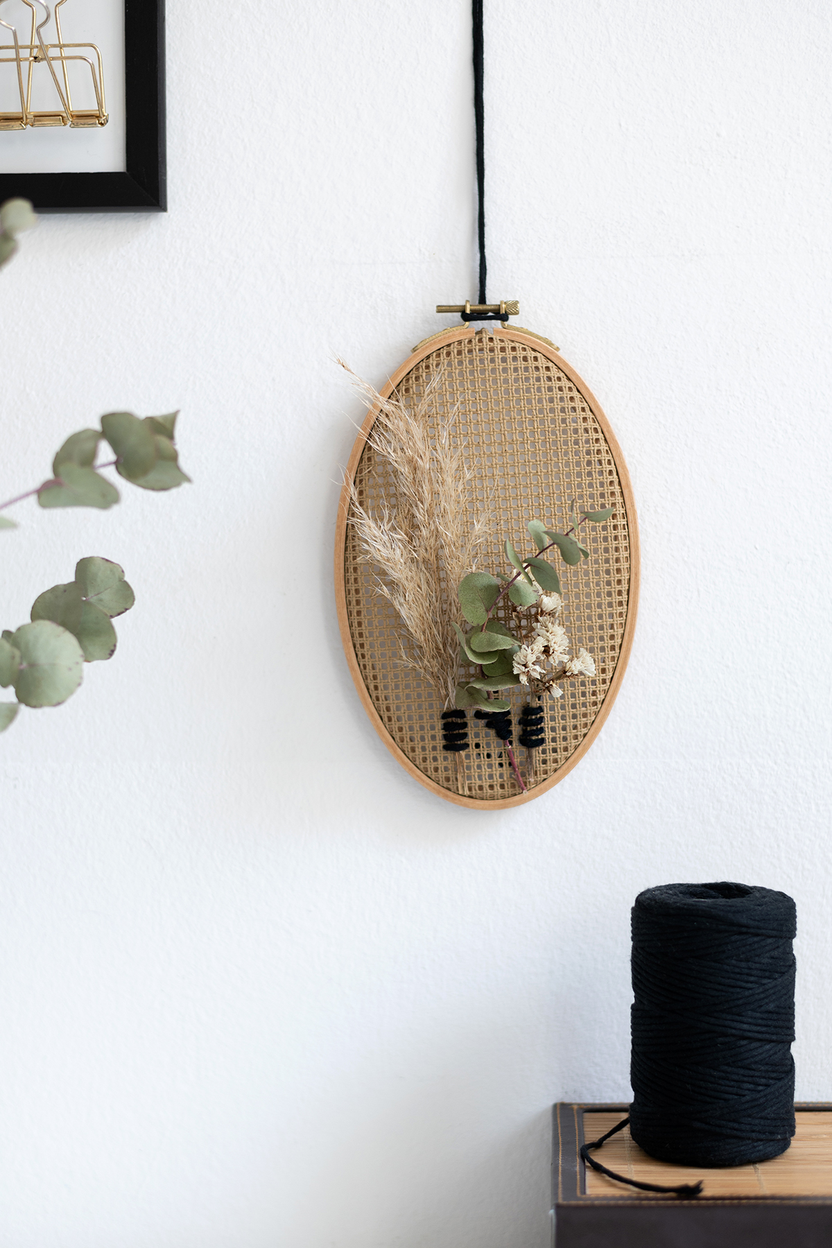 Trockenblumen-Wanddeko mit Stramin   we love handmade